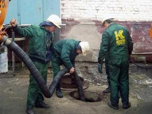 Очистка канализационных колодцев илососом