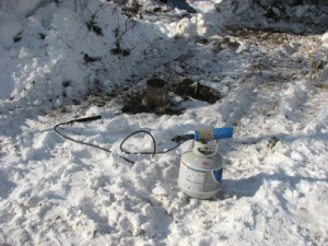 Разморозка наружной канализации паяльной лампой