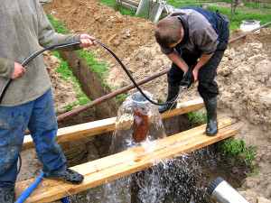Монтаж обсадных труб в скважину